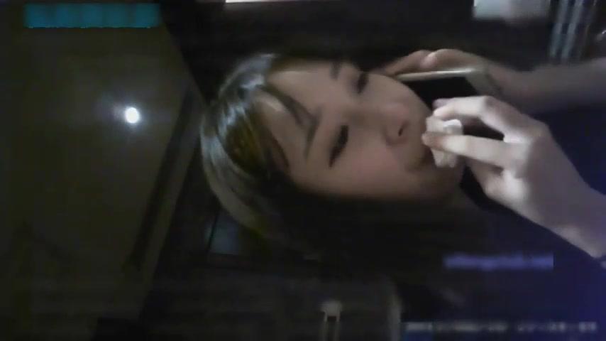 前往武汉操99年武汉幼教美女小小制服定制版,边吃jj边和男友讲电话,近景拍摄!