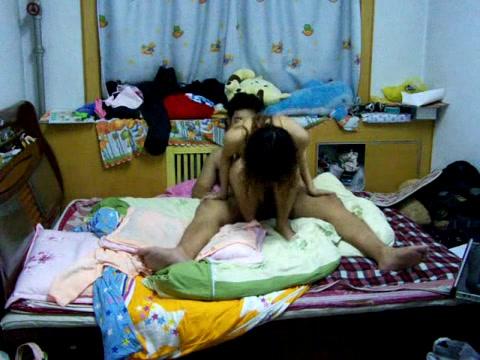 还在看书学习的小妹被摸湿了非常主动上馬