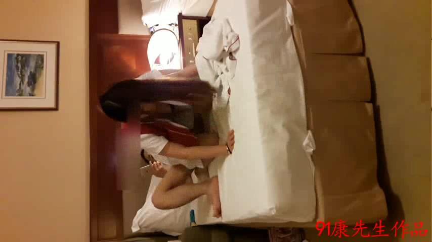 康先生干上海南航19岁本地美女空姐第2部和炮友酒店轮流操美女,肉色丝袜干完换黑丝袜继续干,丝袜被撕的都不成样子了!国语