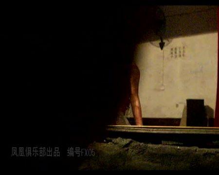 乡村县城小剧场火爆的S情表演年轻全裸舞女随嗨曲各种表演有几个身材奶子都不错还有个无毛的现场大叔老头居多