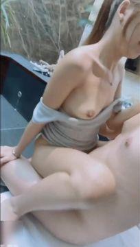 最新SWAG高颜值苗条性感气质美女与富二代温泉酒店豪华套间温泉池里啪啪啪无毛嫩穴白浆泛滥口爆吞精国语