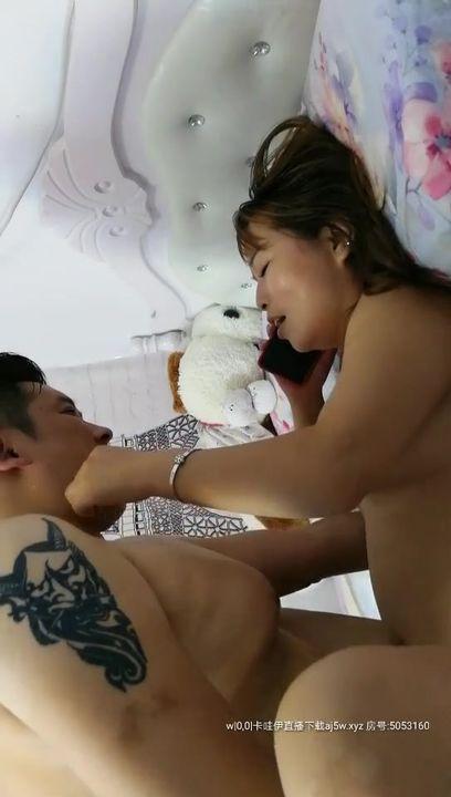 硬核主播推荐,郑州二七区超吊超有个性的夫妻档主播,在自己家里实录啪啪洗澡,每次都无套内射,丰乳肥臀风骚熟女