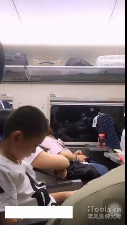 大胆女主播阳光女孩兰轩儿竟在高铁上直播道具插穴,真够拼的,结果被官方发现秒封,清晰对白