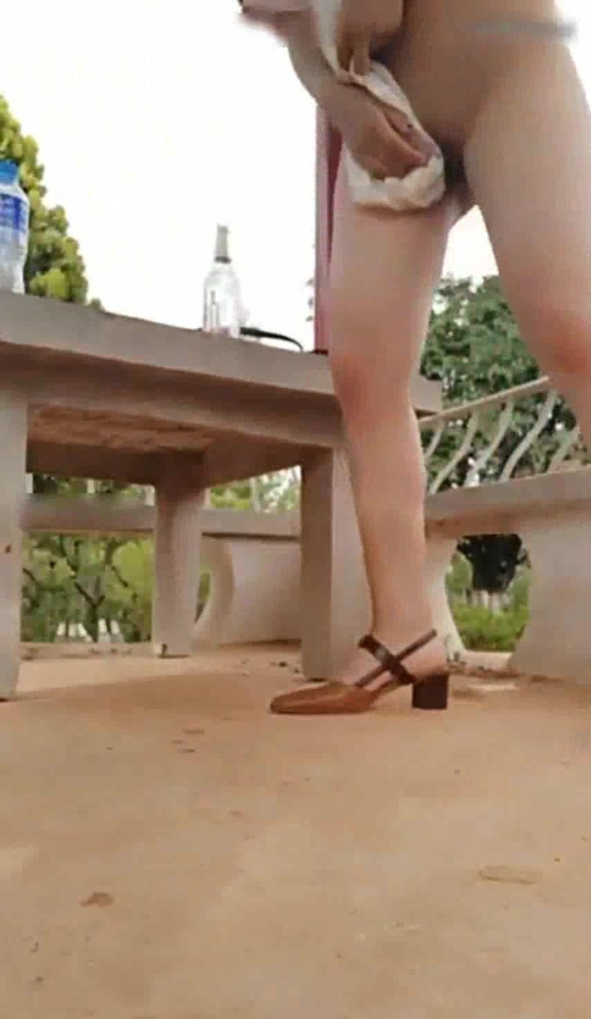 极品鲍鱼白虎美女主播约网友一起在主题公园直播啪啪,这美穴太吸引人了,被男的干的受不了蹲那不给干了!国语