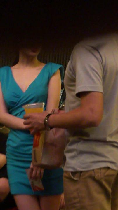 网友偶遇逛街的李小璐 跟拍了十多分钟 V领短裙 身材好到爆 高清录制