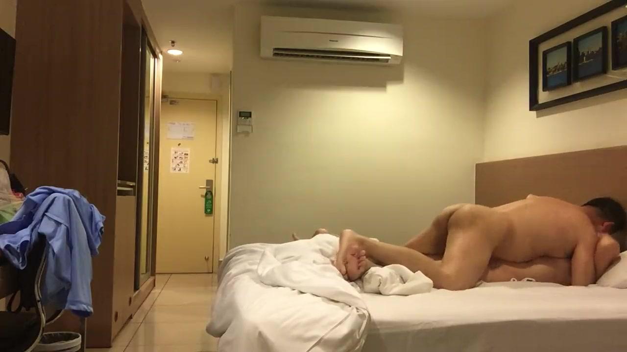 貌似个领导干部模样的老头和情人酒店开房自拍挺时髦的居然还会用自拍杆720P高清无水印