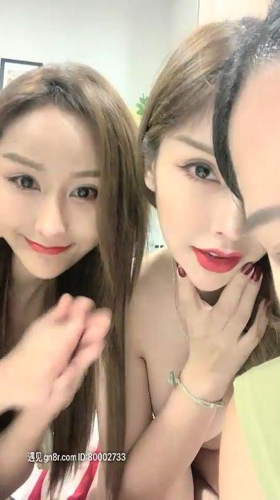 泰国凤凰小姐两个红唇大长腿泰国妹子,露奶扭动特写掰穴露逼自摸,爆乳肥逼非常诱人