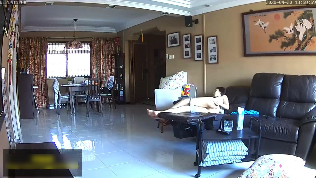 2020年家庭网络摄像头被黑偸拍身材苗条大长腿无毛逼漂亮骚妹子脱光在客厅沙发上自慰