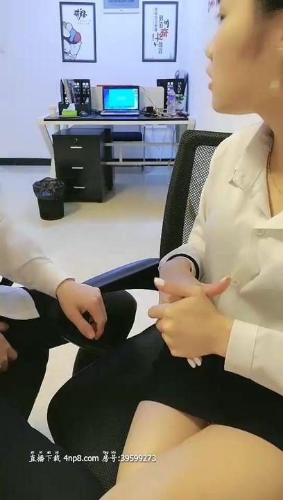 办公室小姐姐豹纹内裤包臀裙少妇啪啪,特写按头口交站立抬腿侧入再到卫生间玩