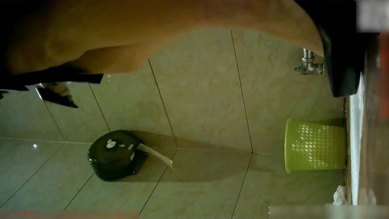厕所内偷拍到的8分颜值卷发女神嘘嘘