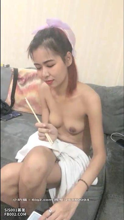 泰国探花 泰国小姐姐玩扑克输了脱衣服,舔鸡巴变被要求用筷子夹舔,还在那开心的笑个没玩!