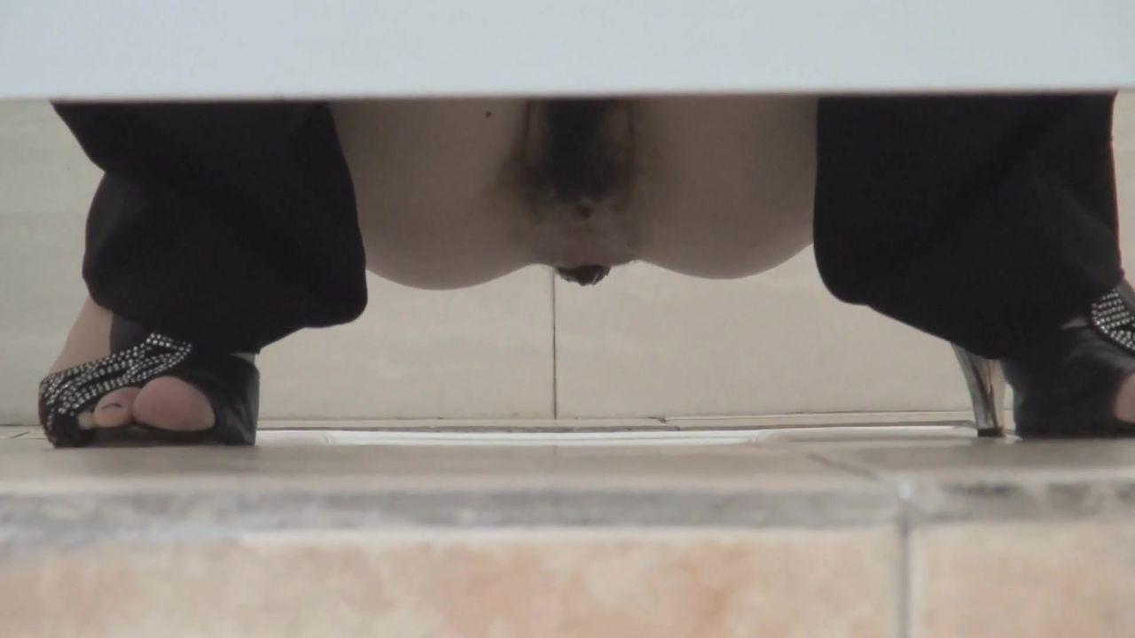 重磅福利户外坑神蹲守公园内公共女厕专挑年轻气质美女下手进去特写偸拍私处然后在门口守候出来时的全身1080P高清
