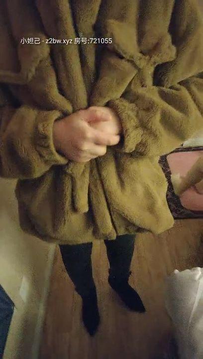 【全国首家性爱娃娃体验馆】本想体验爆乳充气娃娃 见体验馆黑丝老板娘够骚 加价把老板娘给操出白浆 高清源码录制