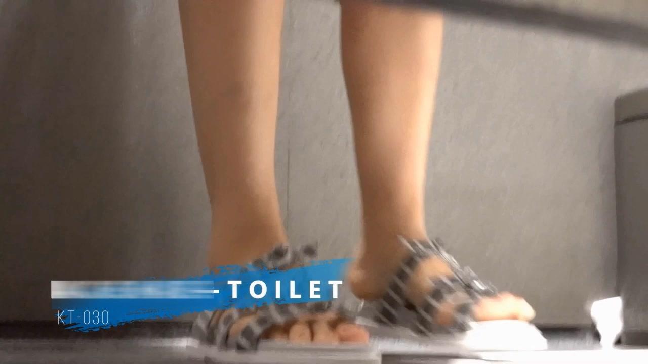 大胆坑神户外公厕旱厕偸拍集运气好碰到一个穿高跟鞋的骚妹子居然躲在卫生间里自慰