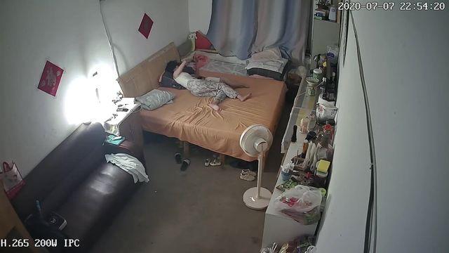 破解家庭网络摄像头偷拍生完孩子不久的年轻夫妻把孩子哄睡了过性生活漂亮媳妇的逼毛浓密性感欲望强