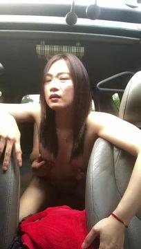 很有邻居阿姨妩媚成熟的那种味道,在车上和郎君车震,阿姨后座力很给力,自己动起来享受性爱带来的快感!