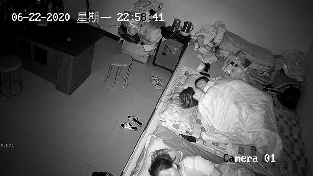 2020_06_22破解家庭网络摄像头偷拍年轻小夫妻和妈妈睡一大炕等妈妈熟睡后偷偷做爱