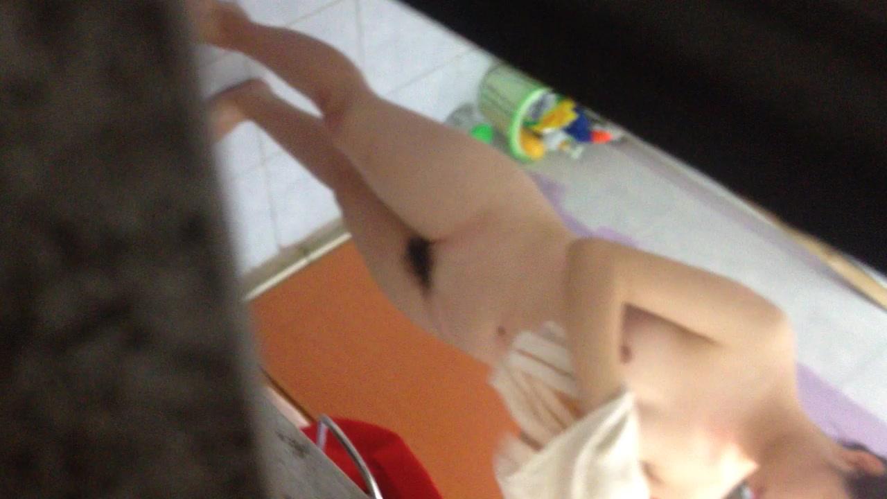 终于等到机会冒险爬窗偸拍邻居家艺校上学的漂亮小嫩妹洗澡身材真好发育的不错啊2V