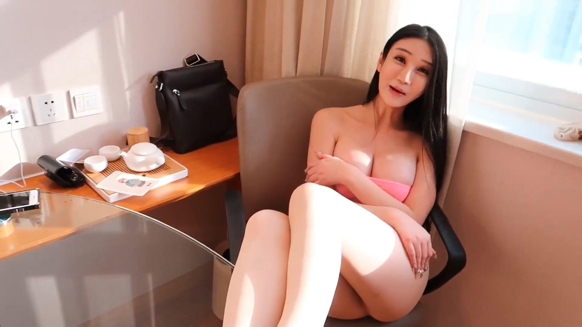 流鼻血推荐学院私拍香港G奶影视模特李宓儿性感透视丝袜酒店私拍诱惑