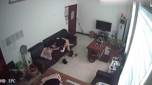 黑客破解网络摄像头监控偷拍好赌少妇欠网贷主动上财务公司办公室肉偿还利息被小鸡鸡经理扑倒在沙发上干