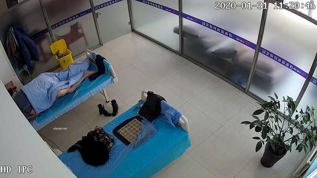 黑客破解网络摄像头监控偷拍保健用品体验馆大叔大概买了不少保健产品后和老板娘在理疗床上做爱对白清晰
