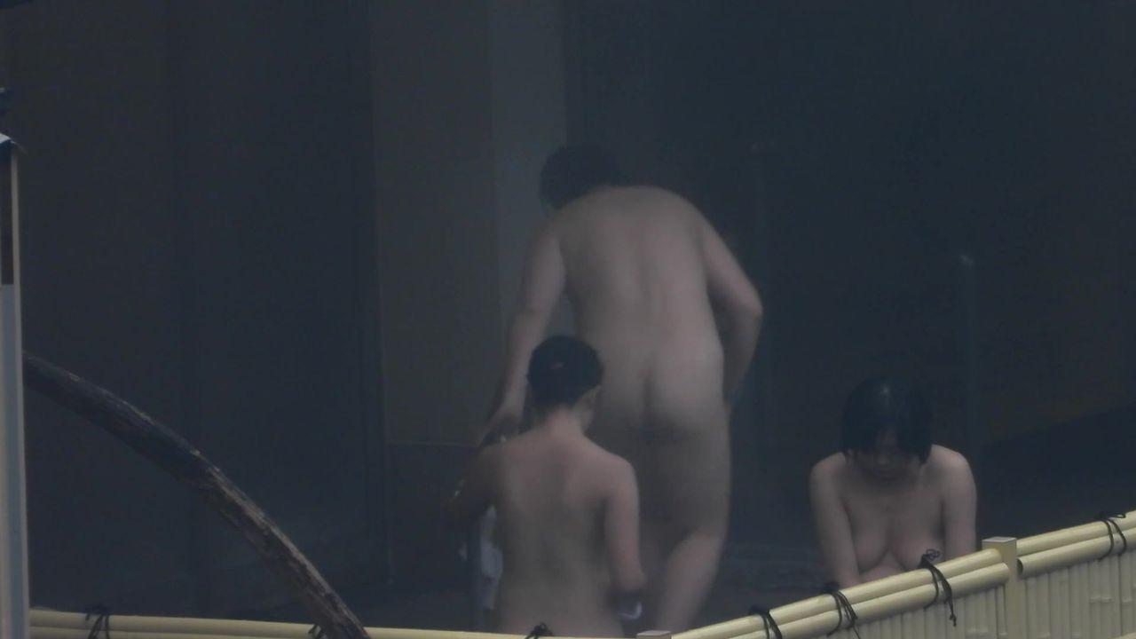 盗摄大神持高端设备长焦高清偸拍户外温泉洗浴各种年龄段的女人们泡澡环肥燕瘦多种身材诱惑的视觉享受2V2