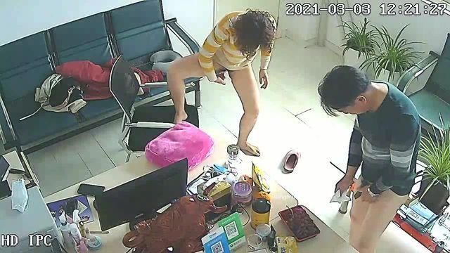破解摄网络摄像头偷拍❤️女财务来经理办公室在椅子上偷情女的裤子没穿就拿纸巾擦地估计怕留下证据被发现