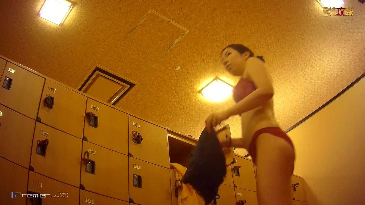 盗站新流温泉洗浴中心女宾更衣室内高清偸拍好多身材哇噻的年轻漂亮妹子发现一个孕妇美女阴毛多的吓人黑黑一团