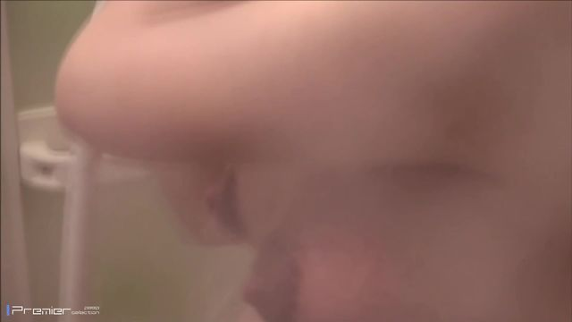 性幻想邻居怀孕漂亮小媳妇好久了终于找到机会隔窗偸拍她洗澡一对车大灯胀的好大乳形尖尖的好想抓一抓
