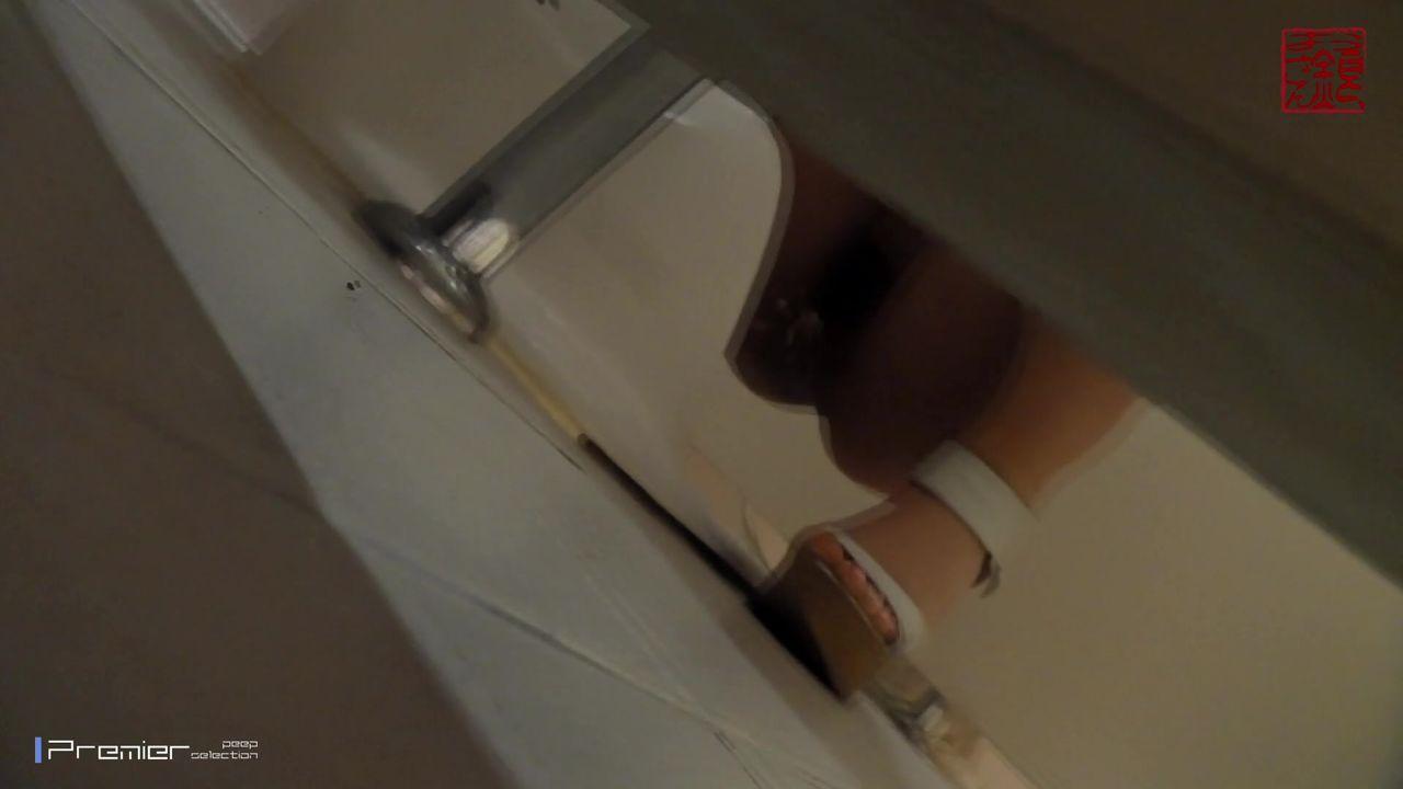 坑神潜入某名牌大学校园女卫生间独占一个坑位连续偸拍学妹们上厕所漂亮的美眉不少排卵期妹子分泌物黑黑的是不是病了