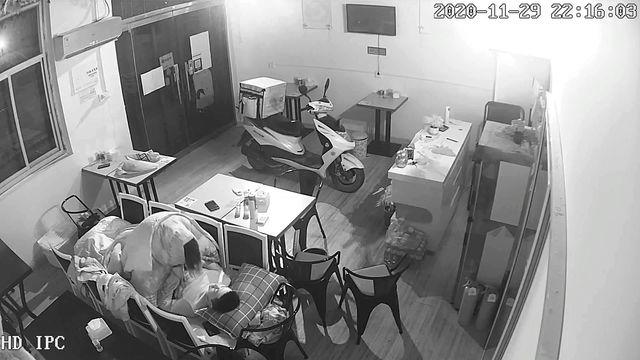 《破解网络摄像头》小饭店打样后年轻小老板和服务员在里面用凳子搭个简易床上啪啪