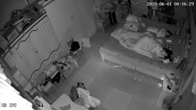 《破解家庭摄像头》监控偷拍新婚不久的小媳妇看手机自慰和老公视频互相打飞机神教泄欲