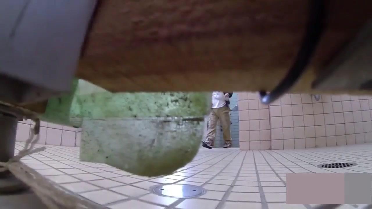 牛人公园公共卫生间潜入女厕所隐藏隔间连续偸拍多位职场漂亮妹子方便多视角同步露脸还有补光设备牛逼克拉斯