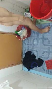邪恶的房东浴室偷藏摄像头偷拍少妇洗脸洗鲍鱼