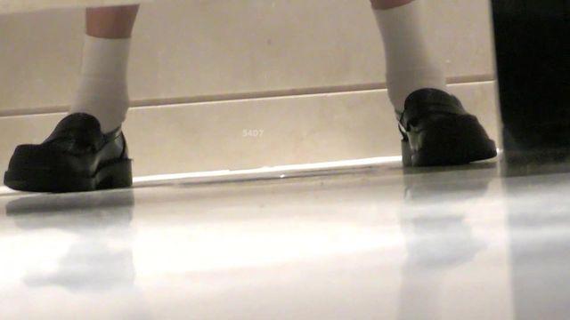 最新流出 近距离偷拍拍高颜值JK群长腿美女