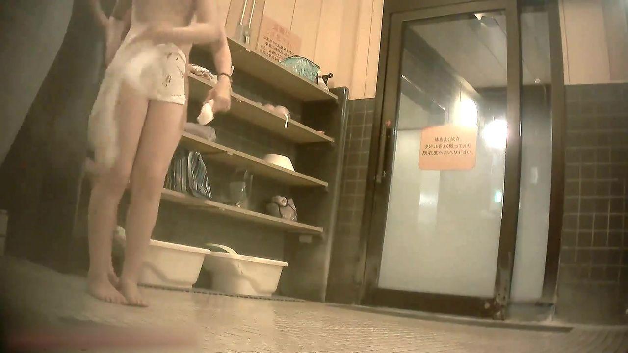 大众浴池真实偸拍女士洗澡间内部非常哇塞的壮观场面一丝不挂各种诱人身材年轻妹子居多