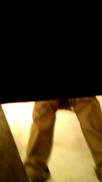 钢铁厂工地沟厕偷拍年轻女工尿尿目测牛仔裤美眉的白带分泌物貌似阴道有些炎症