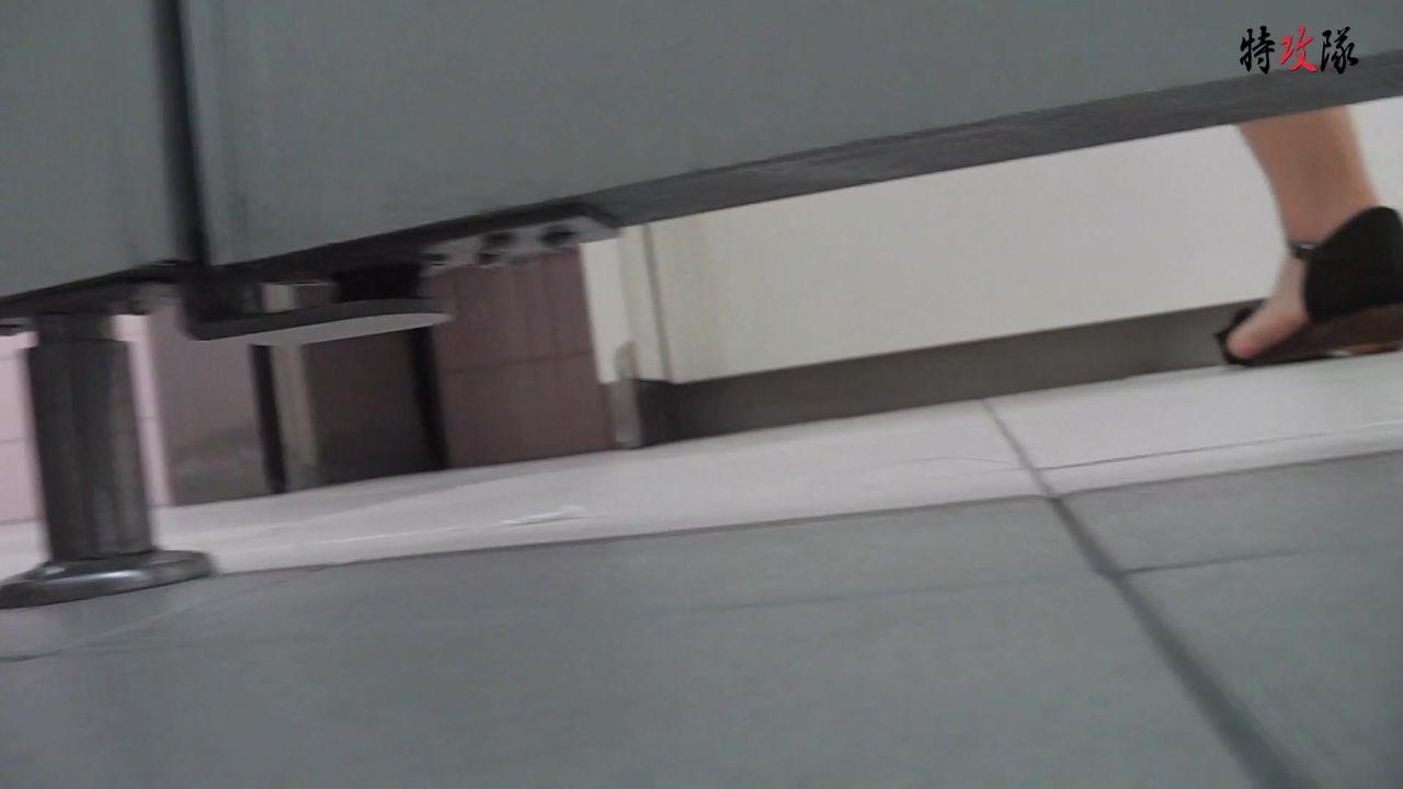 6月盗站新流特攻队系列潜入美术学院藏身女厕所门板缝中偸拍多位学生妹大小便美女不知咋回事菊花出来一坨肉疙瘩