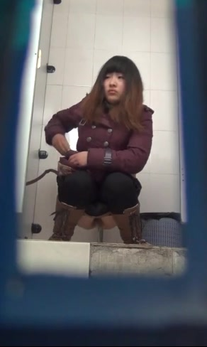 国内厕拍大神潜入高校无门女厕偷拍学妹尿尿眼镜妹的逼毛很性感