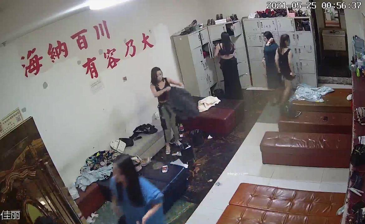 黑客破解摄像头监控偷拍后台休息室换衣,环肥燕瘦美女如云有两个妹子打架,估计是抢客人打起来的
