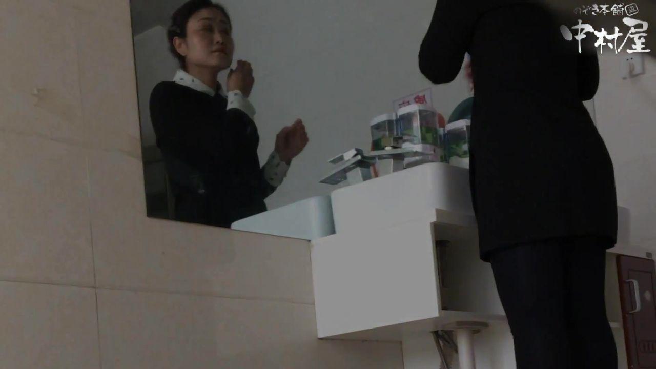 牛逼坑神潜入国内某大饭店女厕所正赶上一场婚宴独守一个坑位连续TP家属服务员们大小便其中一个红衣美女应该是伴娘