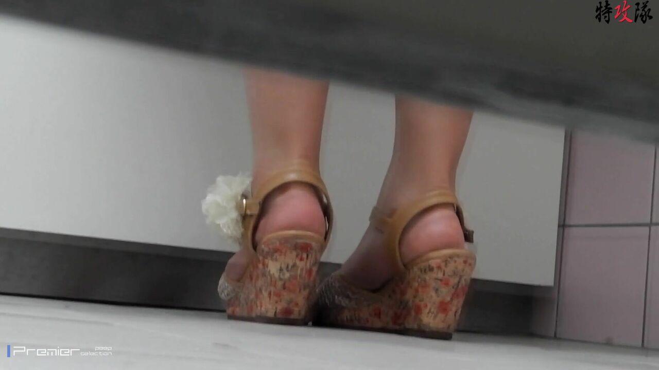 盗站新流特攻队系列坑神潜入大学校园女厕所独守一个坑位连续偸拍课间出来方便的学生妹有几个长得还挺漂亮