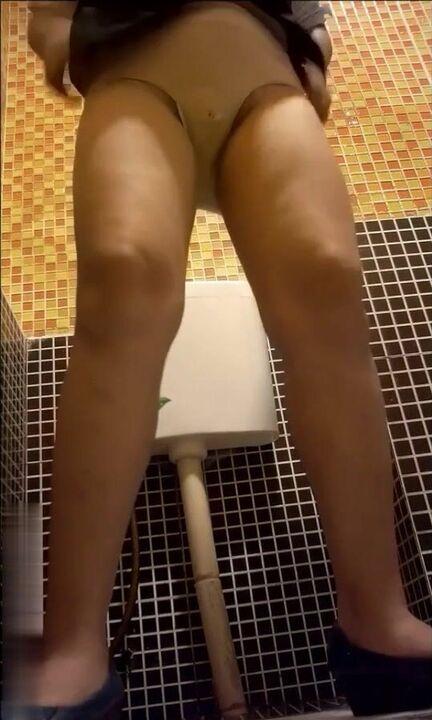 九月专业盗站流出经典国内商场无门女厕偷拍服务员和顾客尿尿有几个妹子长得还不错