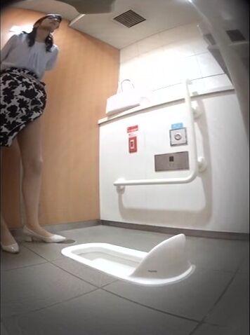 地铁站内公共女厕所双视角偸拍一位接一位上班族妹子内急难耐拉屎撒尿连衣裙气质美女没憋住粑粑拉了一内裤2V2
