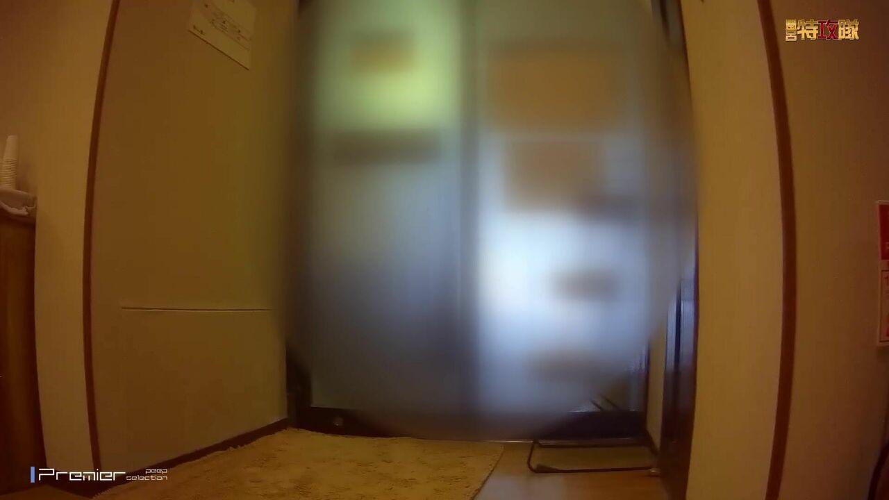 9月新流大众温泉洗浴中心女宾部换衣室内部真实偸拍发现一位洗完的白虎B嫩妹跟拍了好一会成功拍到阴部