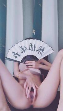 极品颜值细长美腿美女大尺度自慰诱惑 ,对着镜头扭动翘臀掰穴 ,坐在椅子M腿揉穴 ,手指扣弄跳蛋震动极骚