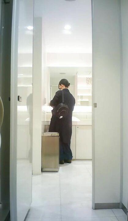 十月专业盗站最新流出购物商场女厕全景后拍美女尿尿