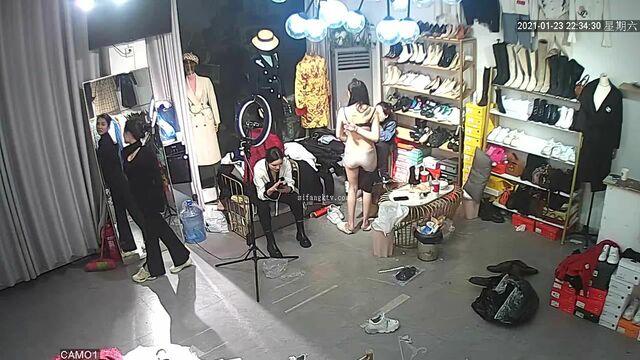 【极品 稀缺摄像头】黑客破解服装店监控 美女如云 多角度偷拍美女换衣服 好多美乳御姐太漂亮了 高清720P原版 (2)