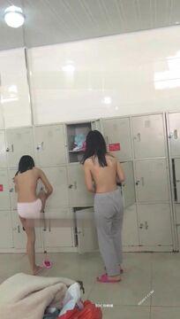 大学浴室坑爹妹子假装打电话偷窥同学脱衣服洗香香 专挑漂亮身材好的拍