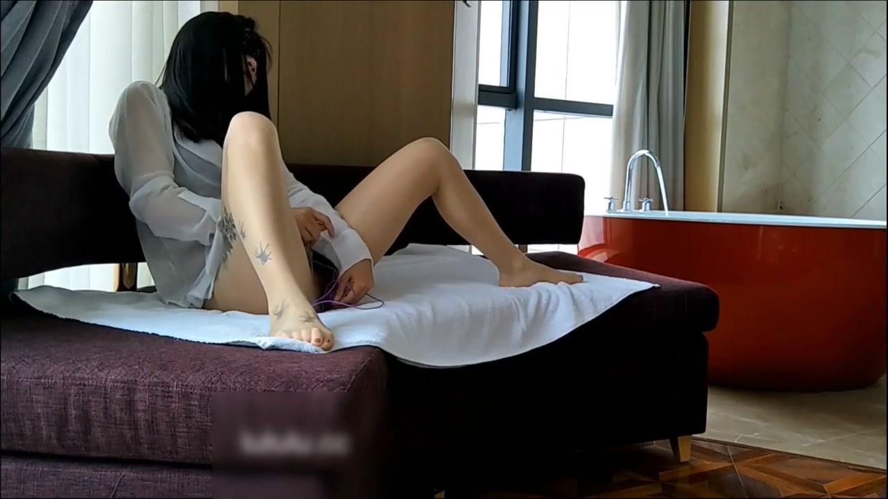 网红女神V姐透明白衬衫肉丝跳蛋自慰欲望难耐匪帽排骨哥沙发上帮忙解渴爆干这体格快被吸成人干了720P高清